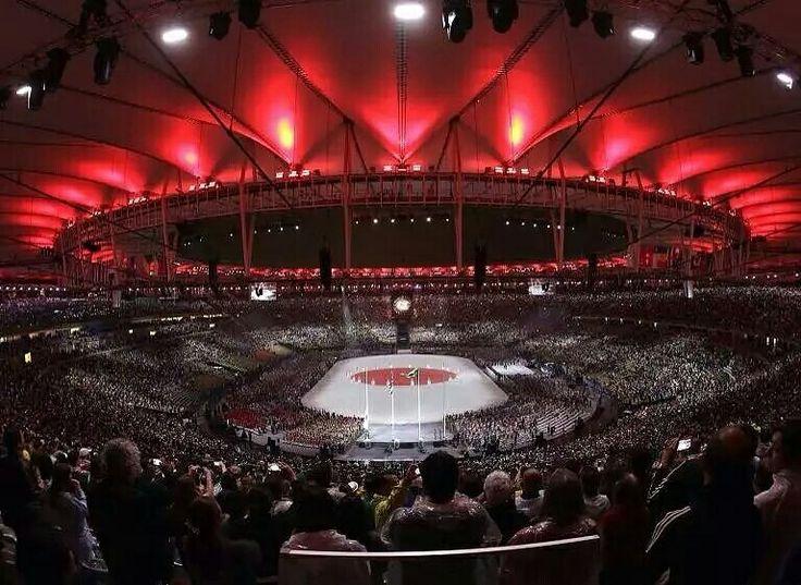 2016里約奧運會閉幕式「東京8分鐘」環節,馬拉卡納體育場中央出現一面日本國旗。2020年夏季奧運會將在日本東京舉行,這是東京繼1964年之後第二次承辦夏季奧運會。國際奧委會8月4日宣佈,空手道、滑板、競技攀岩、衝浪和棒壘球將納入2020東京奧運會正式比賽項目。攝影師:Charlie Riedel