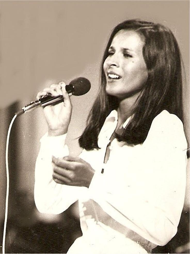 Koncz Zsuzsa (Pély, 1946 –) Kossuth-díjas és Liszt Ferenc-díjas magyar előadóművész, énekesnő. A magyar beat, pop és rock meghatározó egyénisége.