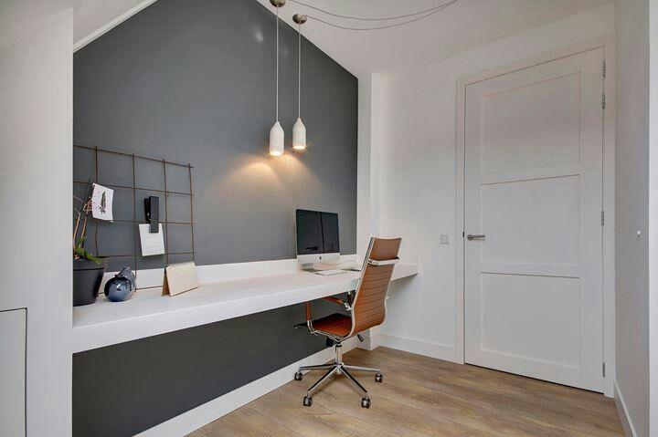 Bureau in de zolderkamer. Ook een mooie kleur op de muur!!