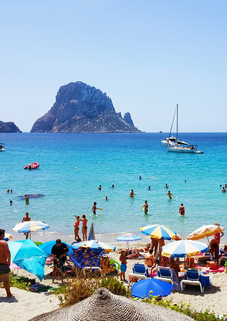 Die Cala d'Hort auf Ibiza wirkt so schön spektakulär mit der Kulisse von Es Vedra. Erfahrt hier mehr über einen der romantischsten Strände auf Ibiza.