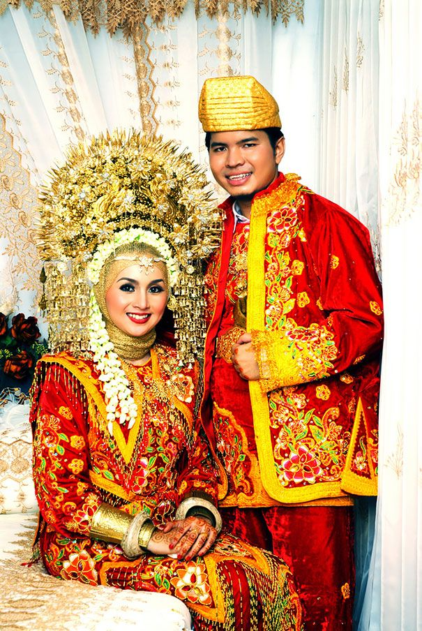 Indonesian Wedding. Indonesia has over 17,000 islands and so weddings here vary greatly depending on where people live and which of the 300+ ethnic groups they belong to.