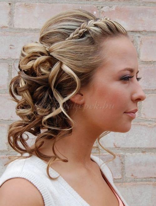 fonott+frizurák+-+félig+leengedett+frizura+fonással+díszítve