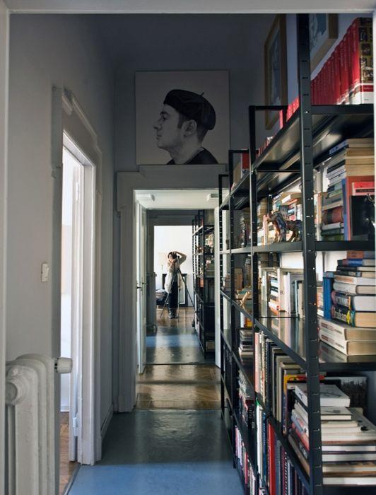 Lunga libreria in ferro nella casa del designer Gordon Guillaumier a Milano