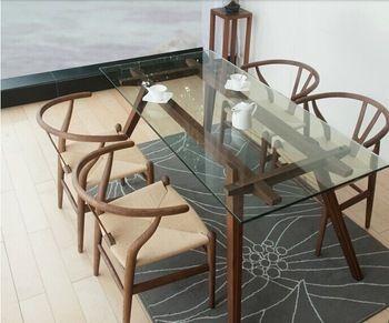 透明なガラスのテーブルはお掃除をマメにすることが大事ですが、自然光など光を通し清々しく美しい雰囲気を作ってくれます。よく磨かれたテーブルの上でお茶を飲むのは気持ちの良いものですよね。