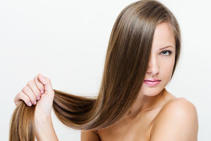 Włosy mogą być prawdziwą ozdobą kobiety. Niestety, wymagają one wyjątkowej troski, jeżeli chcemy, aby wyglądały pięknie. Każda z nas marzy o długich, ale i mocnych włosach, które będą gęste i miękkie. Oto kilka sposobów, dzięki którym poprawisz ich kondycję!
