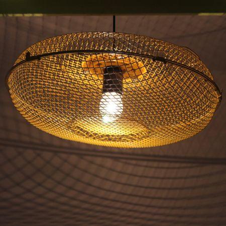 Lampada a sospensione ricavata dalla griglia di un vecchio ventilatore. E' stata colorata di giallo per darle un tocco più originale! Produce particolari giochi di luci ed ombre sul soffitto.