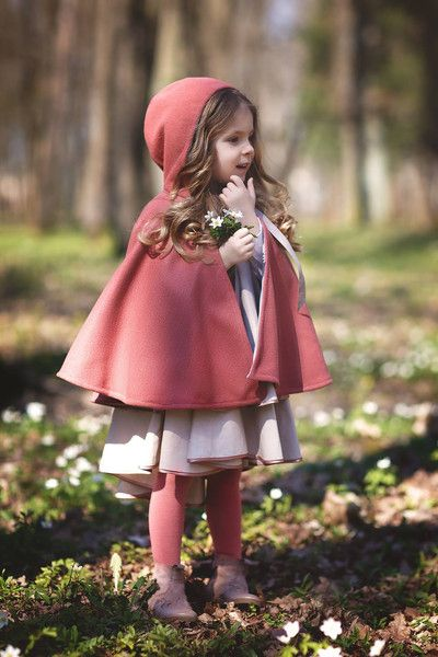 Hunter green cape with hood for girls size 2Tto 9/10. Simple, timeless and elegant.  Inside RIBB 98% COTTON, 2% ELASTANE. outside wool 30% viskose; 17% polister; 3%...