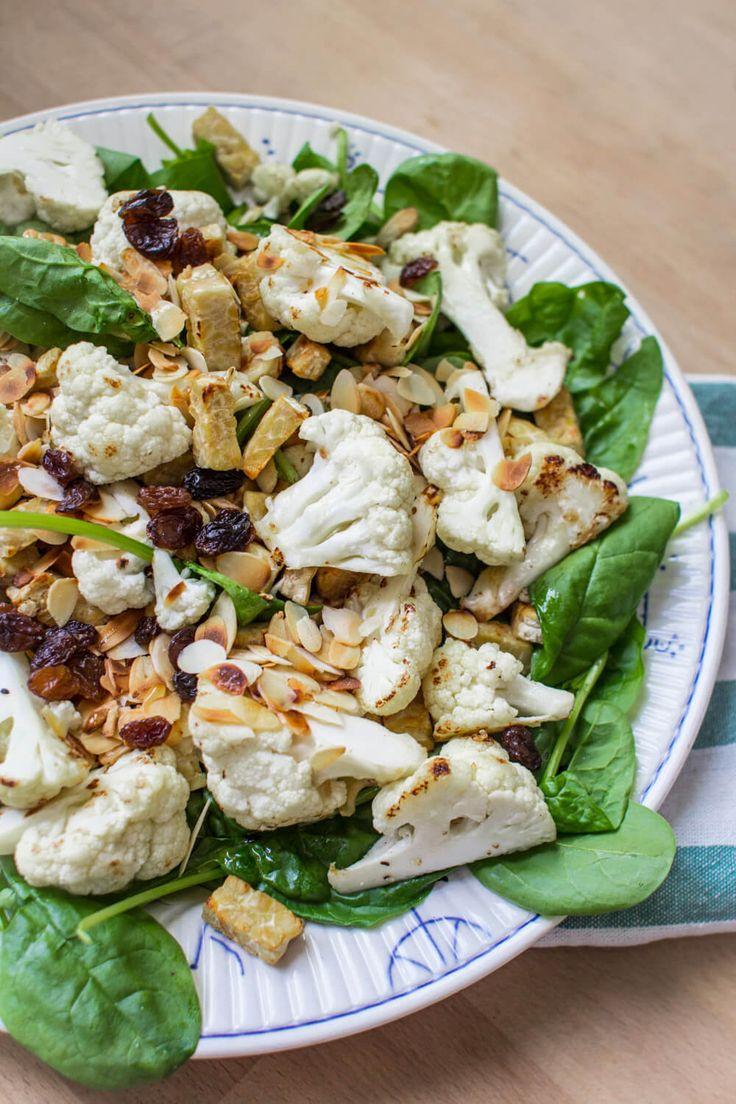 Salade met gegrilde bloemkool en tempeh