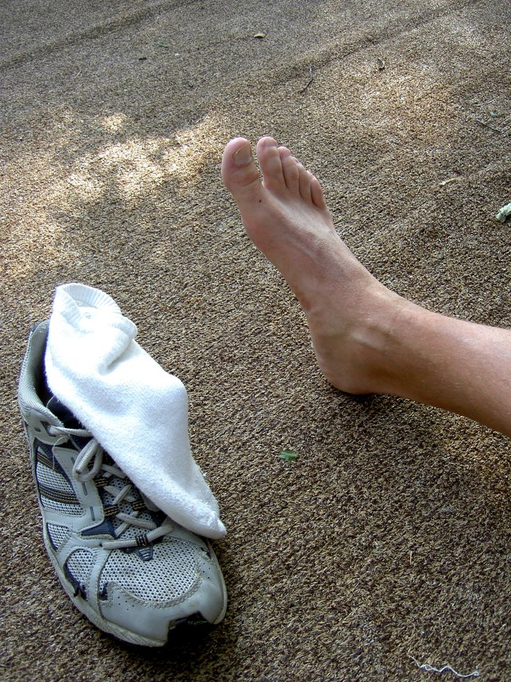 How to treat smelly feet naturally at home