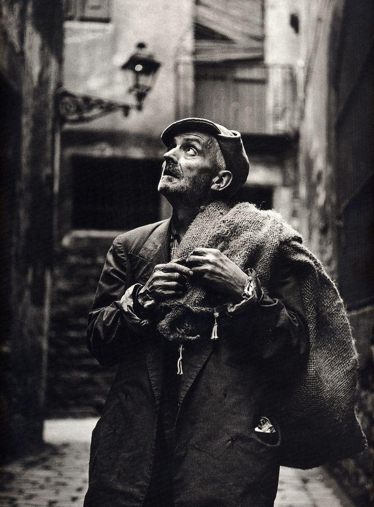 Eugeni Forcano - The Sack Man / El hombre del saco, Calle de las moscas, Barcelona, 1962