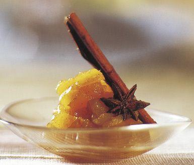 Ett utsökt recept på kryddig äppelkompott som passar perfekt till efterrätt, speciellt till jul. Du gör kompotten av bland annat äpple, brun farin, kanel, anis och apelsinjuice. Servera den härliga kompotten till dessert.