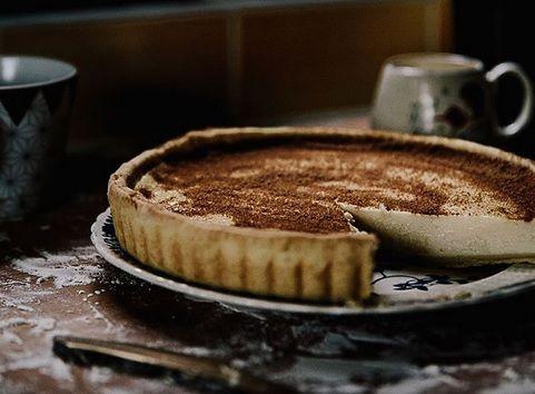Le melktert, littéralement «tarte au lait», est une spécialité culinaire sud-africaine. Cette tarte se déguste chaude ou froide. Elle est très crémeuse lorsqu'elle est…