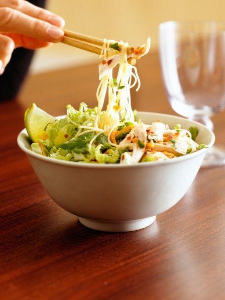 Mhhhh, dieser Nudelsalat ist soooo lecker und gleichzeitig macht er auch noch dünn. Denn Glasnudelsalat hat ganz wenig Fett und ganz viel Gemüse.