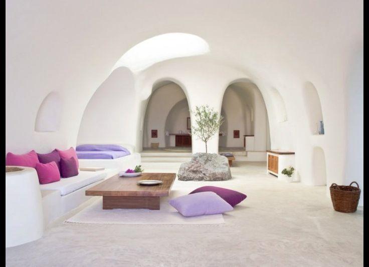 今年泊まるべき、パリの新世代ホテル15選!|Tablet Hotels  「PERIVOLAS」 ギリシア、サントリニーニ島にある「PERIVOLAS」 内部はミニマリスト的なシンプルなデザイン。TVは無い。プライベートビーチやインフィニティ・プールが楽しめる。