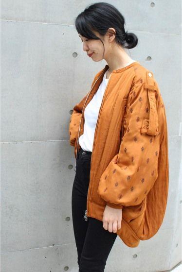 予約ELIN 刺繍オーバーサイズブルゾン  予約ELIN 刺繍オーバーサイズブルゾン 79920 お届け予定8月下旬 限定数量に達し次第締め切りとなります 光沢と落ち感のある生地に刺繍デザインのブルゾン オーバーサイズが魅力です ボリュームのある袖付きとダブルジップがカジュアルコーディネートにお勧め 暖かく真冬前まで着られます パンツスタイルでクールに決めてもスカートやワンピースに合わせてフェミニンMIXスタイルも ELIN(エリン) 2015年春夏に有名セレクトバイヤー経験者によりスタートしたブランド マスキュリンがベースにありながらも譲れない女性らしさにこだわったアイテムを展開 クリーンナチュラルリラックスなど自然な美しさに注目したコレクションは着る人に自信を与えてくれるアイテムばかりです 店頭外での撮影画像は光の当たり具合で色味が違って見える場合があります 商品の色味はスタジオ撮影の画像をご参照ください オレンジ着用スタッフ身長:163cm 着用サイズ:FREE 着用商品はサンプルです 注意事項 画像の商品はサンプルです 実際の商品と仕様加工が若干異なる場合があります…