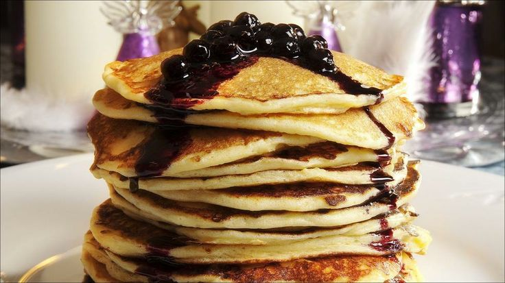 Cottage cheese pannekaker med blåbærsirup - Advent er en herlig tid og adventsfrokostene skal være lange og deilige.