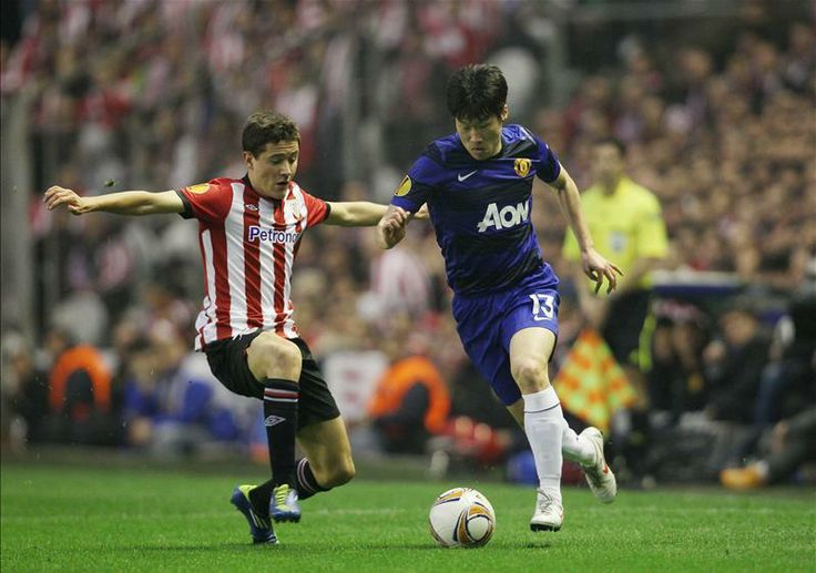 Park Ji Sung takes on Athletic Bilbao's (but now newly signed to United) Ander Herrera in 2012