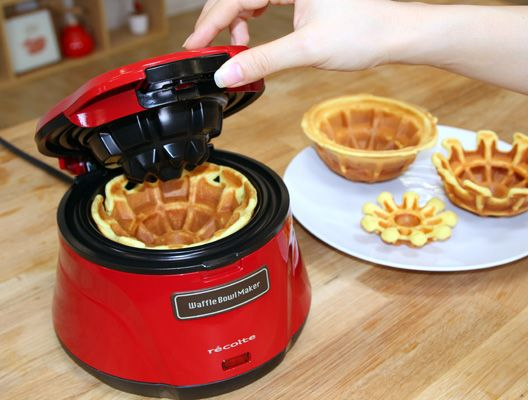 Waffle Bowl Maker(ワッフルボウルメーカー)  - 【ホワイトデー大作戦!】カップまでおいしい!ワッフルボウルで手作りスイーツ作り レコルトのWaffle Bowl Maker(ワッフルボウルメーカー)... ホワイトデーに何をあげるか悩む男子、必見。ここあちゃん(CV:三上枝織)が年代別にホワイトデープレゼントを提案しますッ!3回目は、甥っ子クレアくんが同級生の女の子に渡すスイーツをここあちゃんが一緒に手作り。