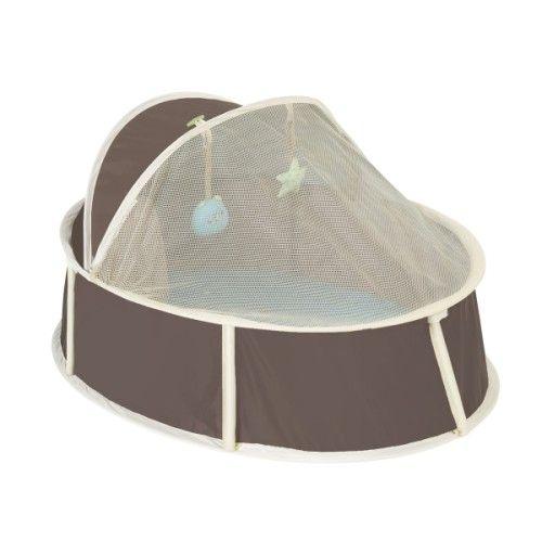 Voici un petit lit d'appoint pratique et facile à utiliser. Il est parfait pour les déplacements de bébé. Le matelas est douillet et la moustiquaire protège l'enfant des insectes. Bébé s'endort confortablement installé, en regardant les 2 jouets détachables. Ce berceau est léger, il se déplie, se replie en quelques secondes avant d'être glissé dans sa housse de transport. Un lit révolutionnaire pour les jeunes parents qui bougent !