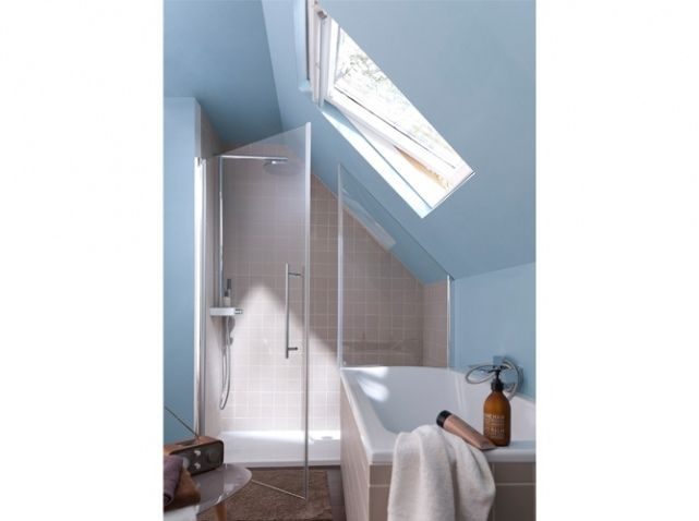 Cette petite salle de bains sous les toits b n ficie ainsi for Salle de bain baignoire et douche petit espace