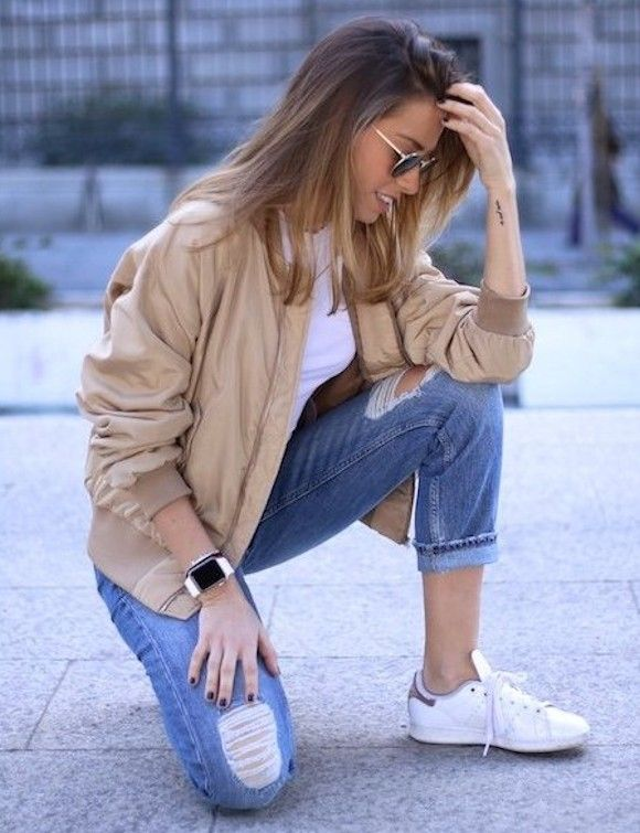 Look avec un bomber beige, veste incontournable du printemps-été 2016, un jean déchiré et des Stan Smith >> http://www.taaora.fr/blog/post/veste-aviateur-beige-bomber-printemps-2016-quelle-tenue #streetstyle #ss16