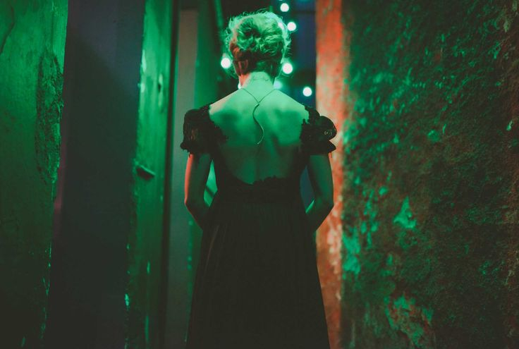 The S necklace. Open back dress by @nellaioannou
