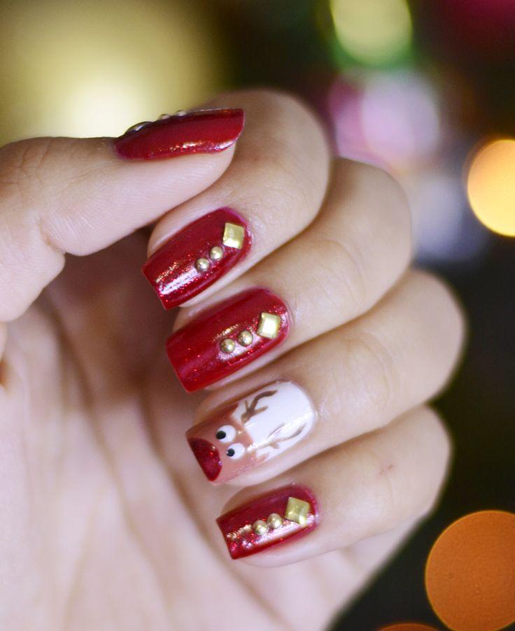 Unhas decoradas de renas e com aplicação de pedrarias / studs em esmalte vermelho.   Nail art de Natal linda. Nail art christmas - reindeer