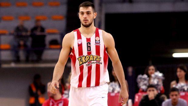 Ένα αγώνα χρειάζεται μόνο ο Παπαπέτρου για να μπει στην 20άδα του Θρύλου όλων των εποχών (104 αγώνες με τα ερυθρόλευκα) αφήνοντας πίσω του τον Ντέιβιντ Ρίβερς (103 αγ.). #Red_White #Ioannis_Papapetrou #Olympiacos #basketball