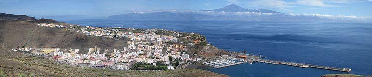 Panorámica de San Sebastián de la Gomera, con Tenerife y el Teide al fondo.