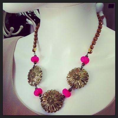 Girocollo TCMC337 perle rosa fluo con microsfaccettature incorniciano i fiori in ottone bronzato, sono un fregio che viene utilizzato come ornamento di cornici e mobili antichi. Tutto è sostenuto da una catena swarovski topazio.