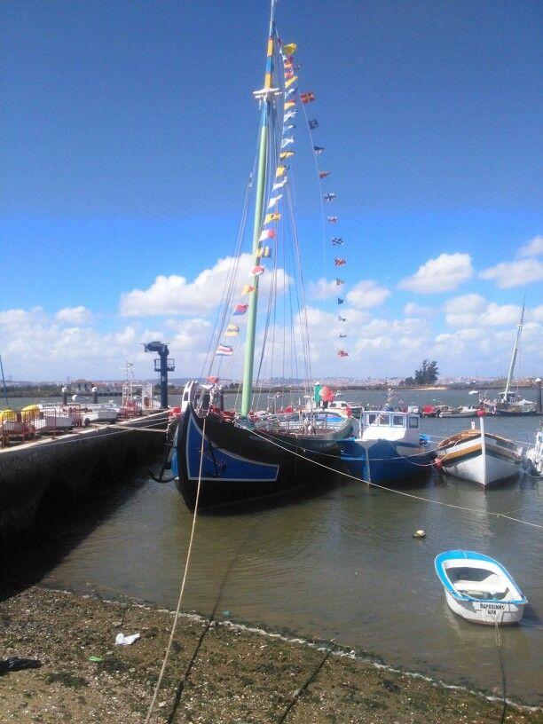 Barco tradicional da CM Seixal, na baia.