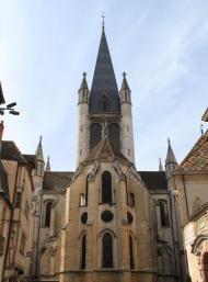 Côte-d'Or : Dijon : Eglise Notre-Dame (1230-1250), la plus ancienne des église de la ville. Un jacquemart (1383) : l'automate et son horloge furent ramenés du beffroi de Courtrai par Philipe le Hardi, comme prise de guerre. Une petite chouette sculptée sur une chapelle attenante à l'Eglise est devenue le porte bonheur de Dijon : la caresser de la main gauche en formulant un vœu fait partie de la tradition à Dijon !