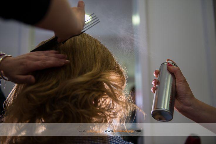 Fotografía de los preparativos de la novia en la peluquería en Madrid. La boda de Paola y Javier
