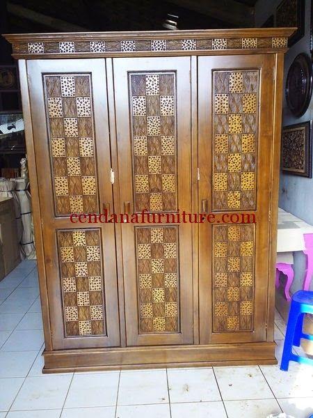 Almari Pakaian Minimalis Kawung 3 Pintu terbuat dari material kayu jati yang kami sempurnakan dengan finishing coklat tua yang cantik dan simple.