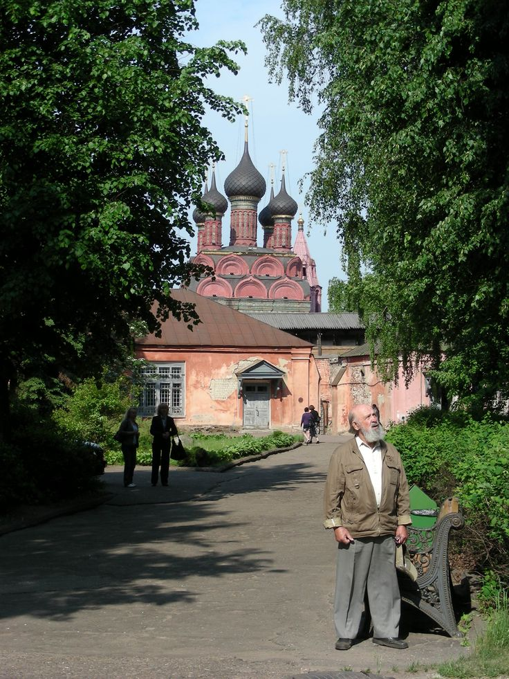 A confused man in Yaroslavl.  I wonder what he is looking at?