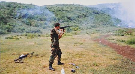 Schietoefeningen in het open veld. Kroon vuurt hier met zijn FAL, op de grond staat een FALO gereed.
