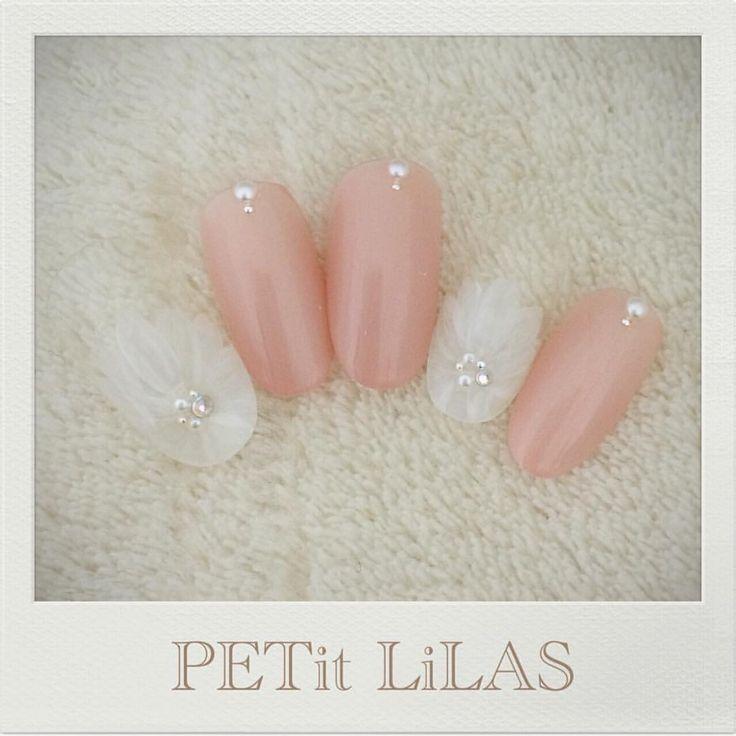 ブライダルに♡ 手が綺麗にみえるパール入りピンクベージュとシフォンなお花を♡ 表参道 原宿のPrivatenail PETit LiLAS プティリラ…