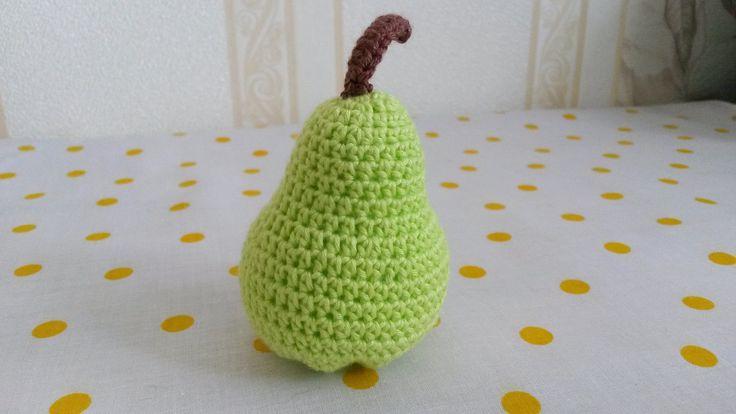 Hruška Háčkované ovoce - hruška (výška 8 cm). Napříkladpro malé pomocnice maminek v kuchyni. Může sloužit jakopomůcka k učení barev, cvičení jemné motoriky,počítání, rozpoznávání druhů ovoce atd. Uvedená cena je za 1 kus. Na požádání udělámoko pro zavěšení. Děkuji, že nekopírujete mé nápady:)