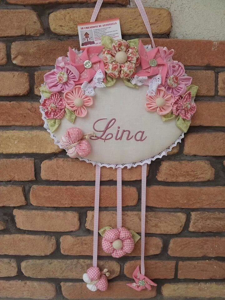 Quadrinho Oval Forrada com Florzinhas em Tecido - Catavento - Borboletinha e Nominho