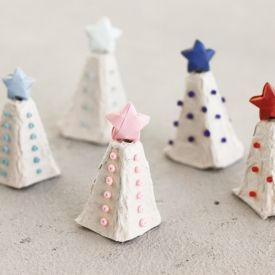 How to make tiny Christmas trees out of egg carton.