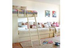 Ideas para un cuarto infantil compartido  Esta es una buena opción para un dormitorio angosto, donde se puede utilizar el largo para armar el sector de descanso. Foto:Homedit.com