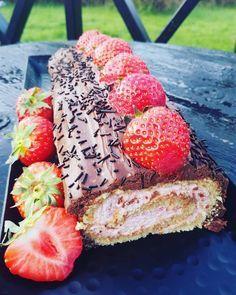 Dette var sablagod rullekakemed masse nydelige smaker. Jordbær og sjokolade sammen er jo aldri feil – det funker hver gang. Rullekake lager du fort da det er få ingredienser og sk…