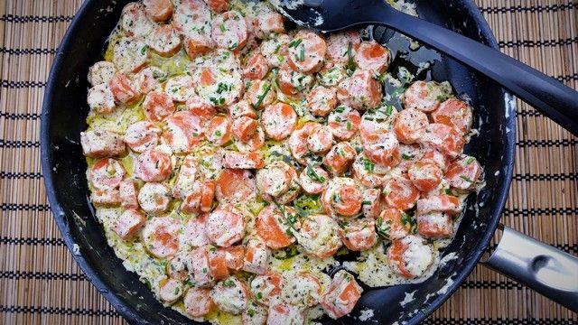 A+zsenge+tavaszi+sárgarépa+nyersen+is+tökéletes,+de+így+legfeljebb+rágcsálnivalónak+vagy+mártogatóshoz+jó.+Ha+az+asztalra+kerül,+érdemes+kipróbálni+ezt+a+receptet:+kiváló+köret+húsokhoz,+de+friss+salátával+feldobva+jó+kis+könnyű+ebéd+lehet.  Hozzávalók+(4+adag):  400+g+fiatal+sárgarépa  4+evőkanál…