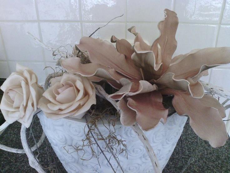 .foambloemen op haar vensterbankbloembakken
