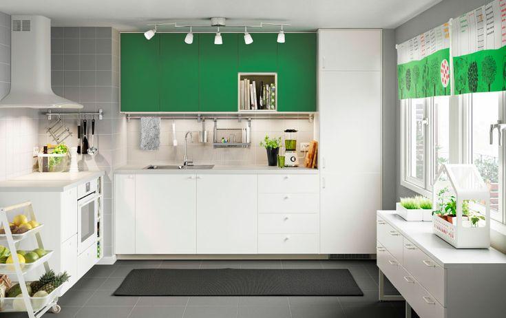 Eine weiße METOD Küche mit weißen Fronten und FLÄDIE Fronten in Grün
