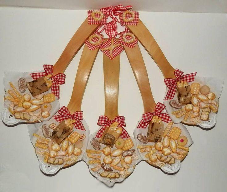 Cucchiai di legno decorati con pane in fimo.