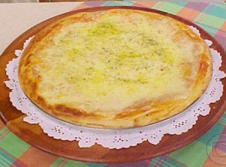 Receita de Pizza de batata - pizza grande (tipo família) com azeite e coloque a massa na fôrma de maneira que a borda fique mais grossa. 08-Pincele a massa com o molho de...