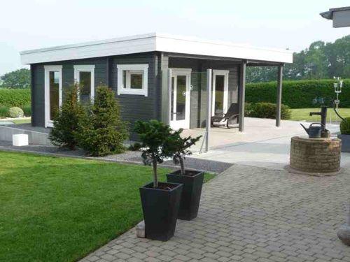 Wolff Gartenhaus nach Maß in grau / weiß gestrichen.