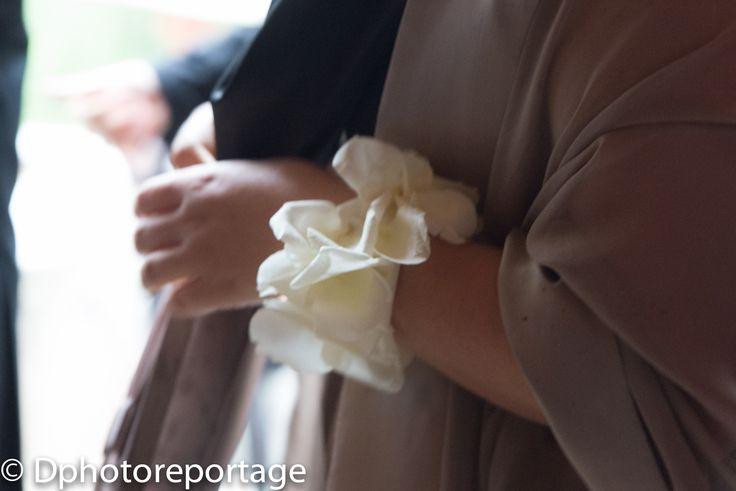Un dettaglio di fiori per la testimone, dono della sposa