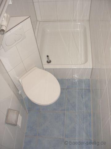 Schräg eingesetztes WC im Schlauchbad